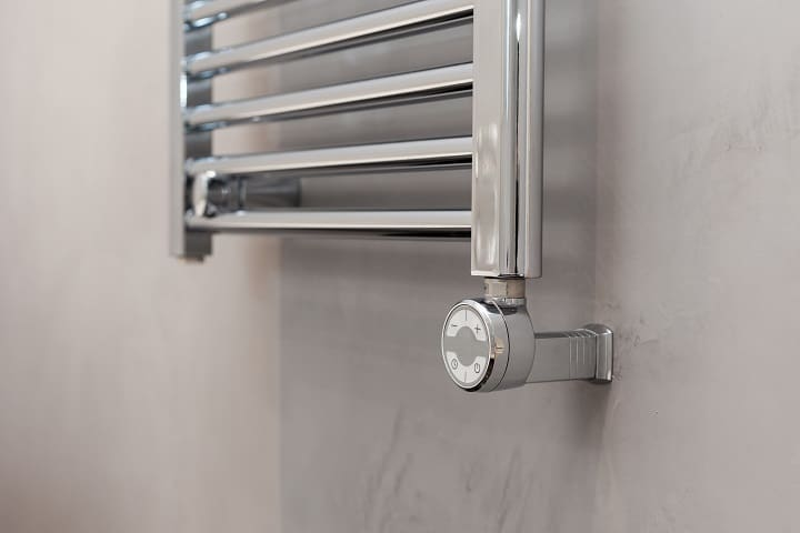 Metallic towel warmer